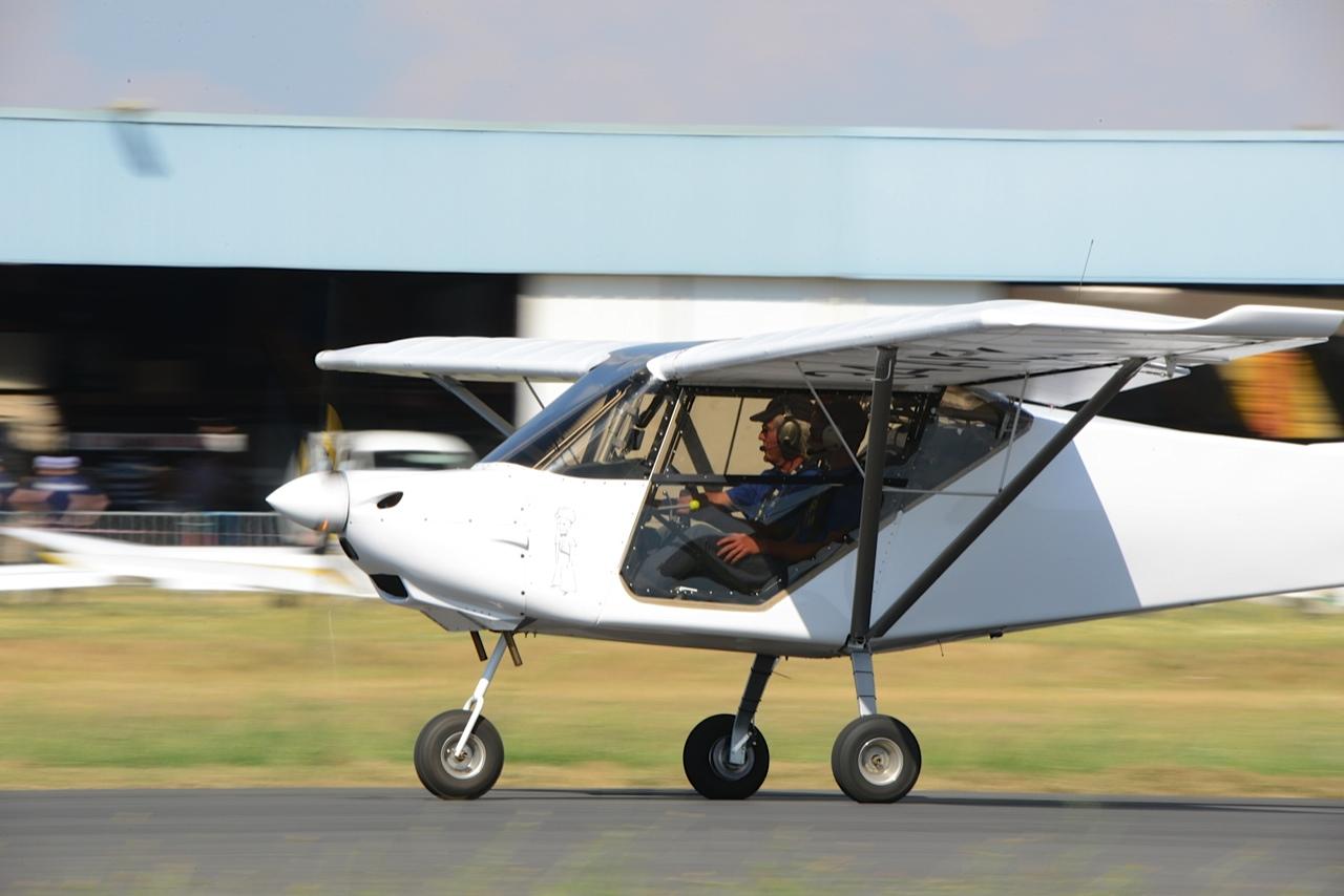 ULM Nynja sur la piste de l'aérodrome de Candillargues